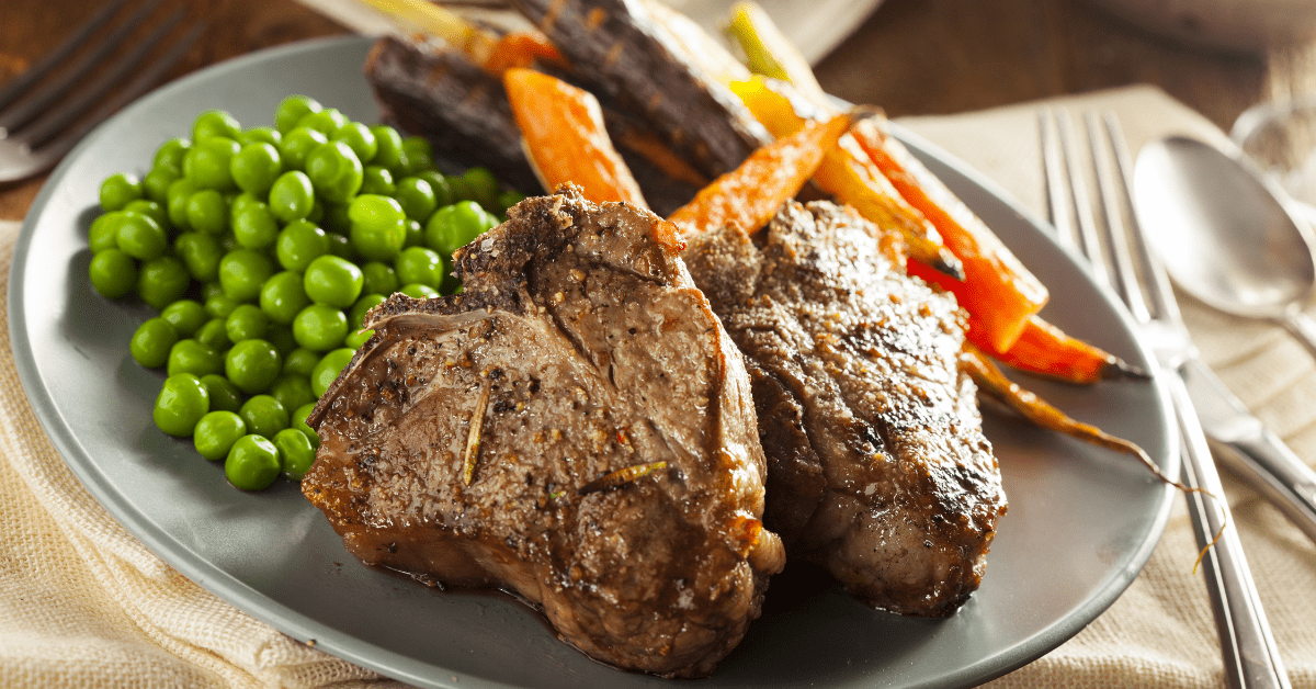 Cooked Lamb Chops with Carrots and Peas