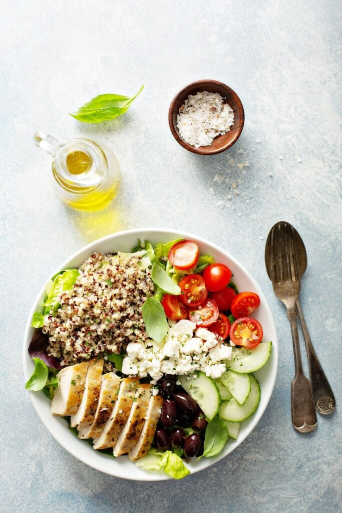 Greek Bowl: Chicken, Quinoa, Olives and Tomatoes